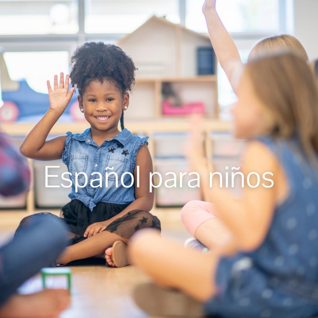 niña alzando la mano